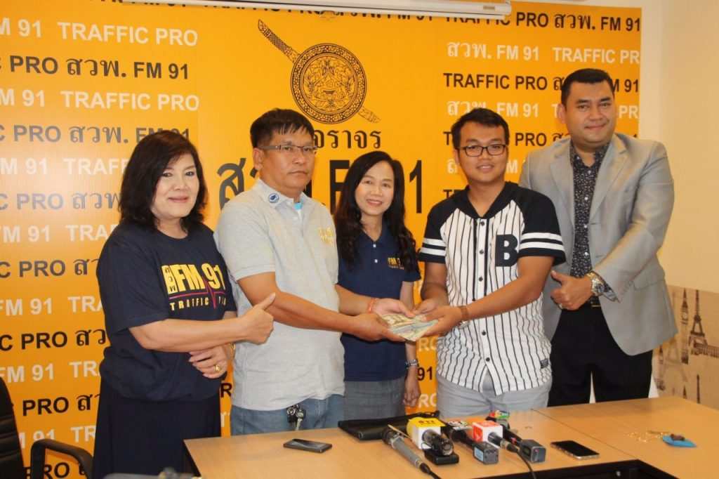 Hero Bangkok taxi driver contacts radio station to give back 270,000 baht left in his taxi