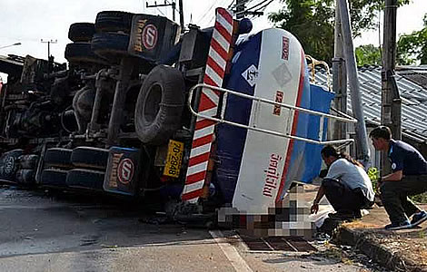motorbikes-thailand-thai-roads-dangerous-world-accident-italian-couple-oil-tanker