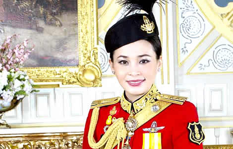 thai-queen-suthida-king-thailand-army-officer-command-training-royal-birthday